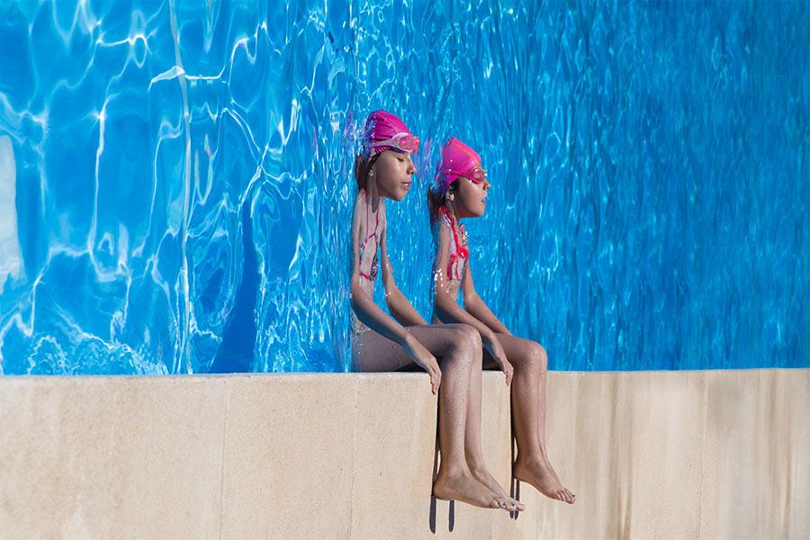 Fotografía divertida familia piscina