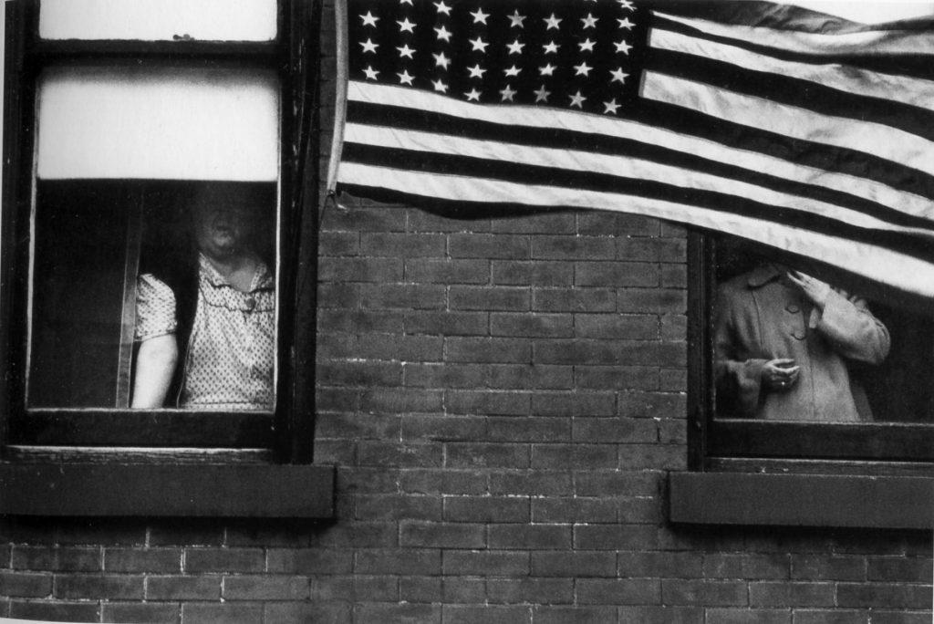 Robert Frank, Los Americanos, Ascensor. Desfile. Hoboken, Nueva Jersey.