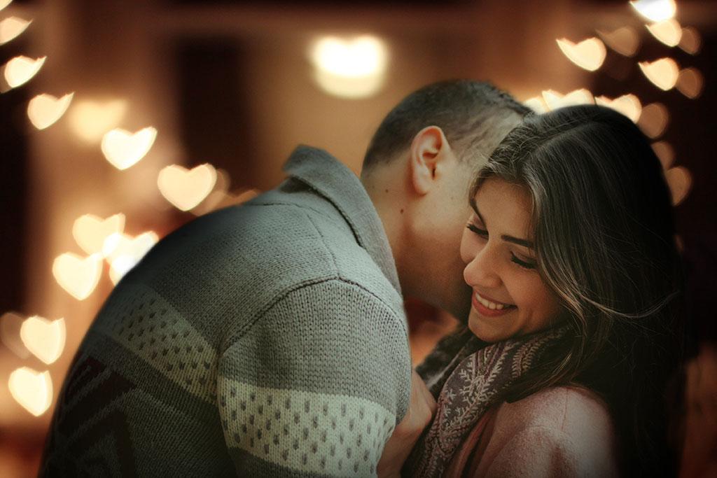 Fotografía pareja con bokeh de corazones