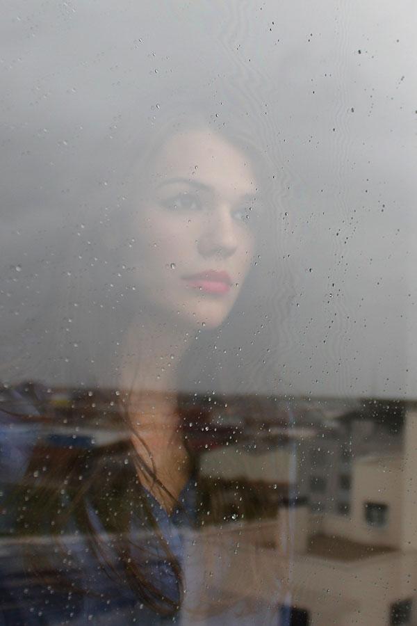Retrato mujer a través del cristal