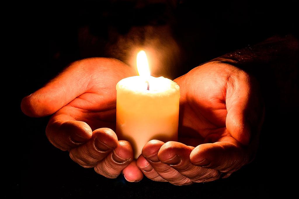 Foto luz cálida de una vela