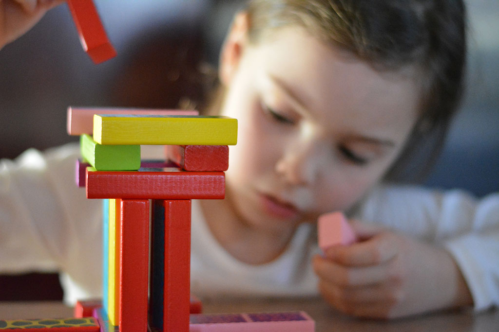 Foto niña jugando con la profundidad de campo y el enfoque