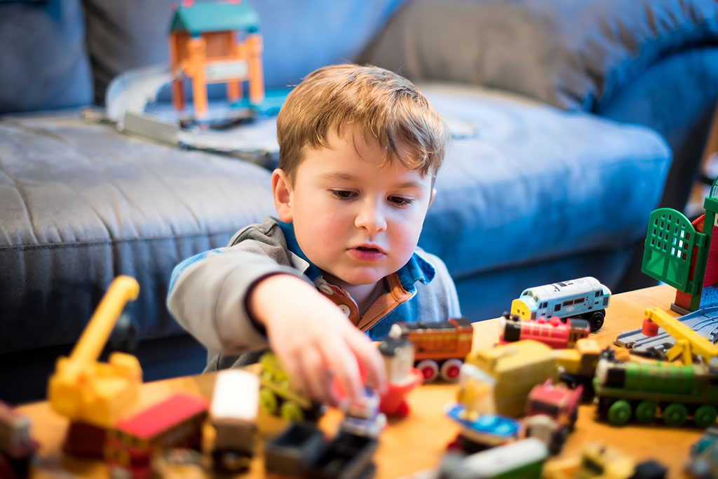 Niño jugando en la mesa