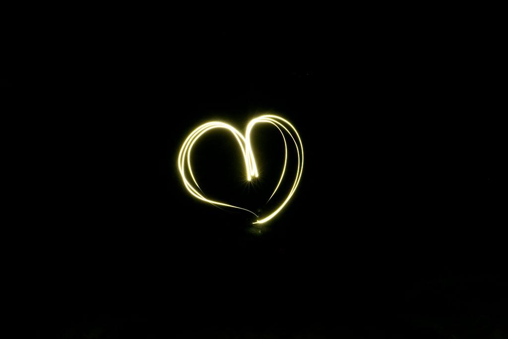 Sencilla fotografía de light painting con el dibujo de un corazón