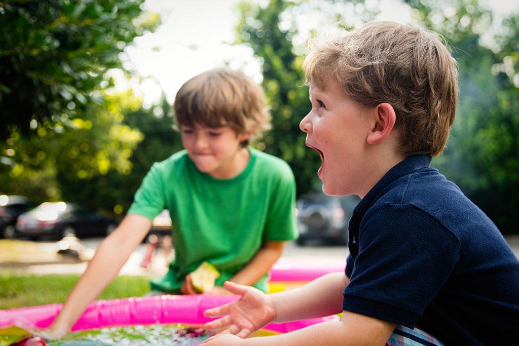 Niños riendo y jugando