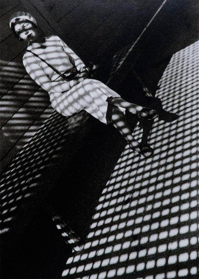 Fotografía de Alexander Rodchenko, Chica con cámara Leica (1934)