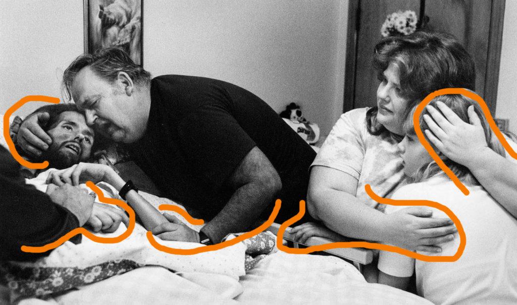 Fotografía de Therese Frare, David Kirby en el lecho de muerte, detalle contacto físico