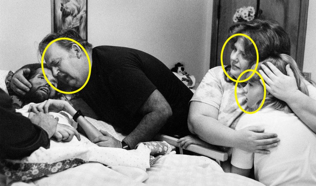 Fotografía de Therese Frare, David Kirby en el lecho de muerte, detalle caras de los acompañantes