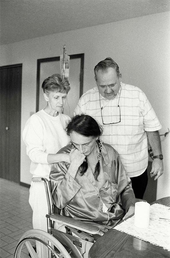 Los padres de David Kirby con su cuidador, Peta