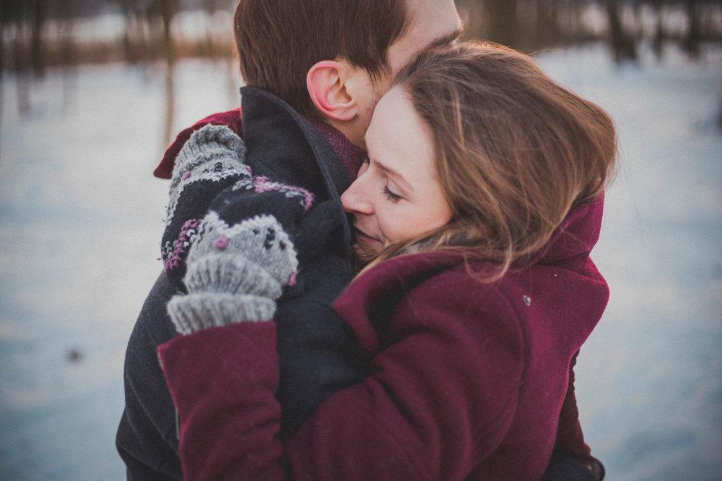 Abrazo reencuentro en navidad