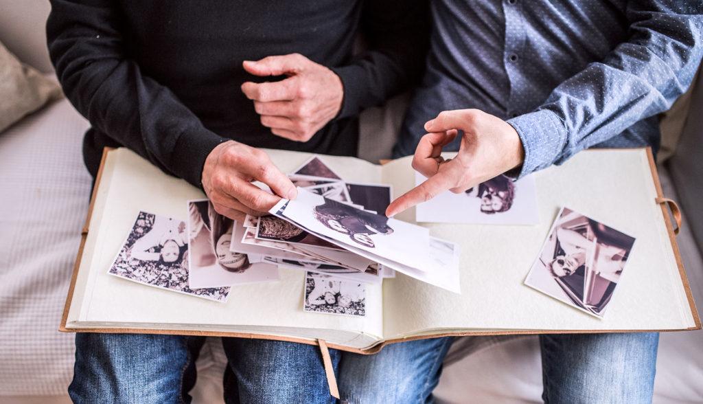 Viendo el álbum familiar de fotos