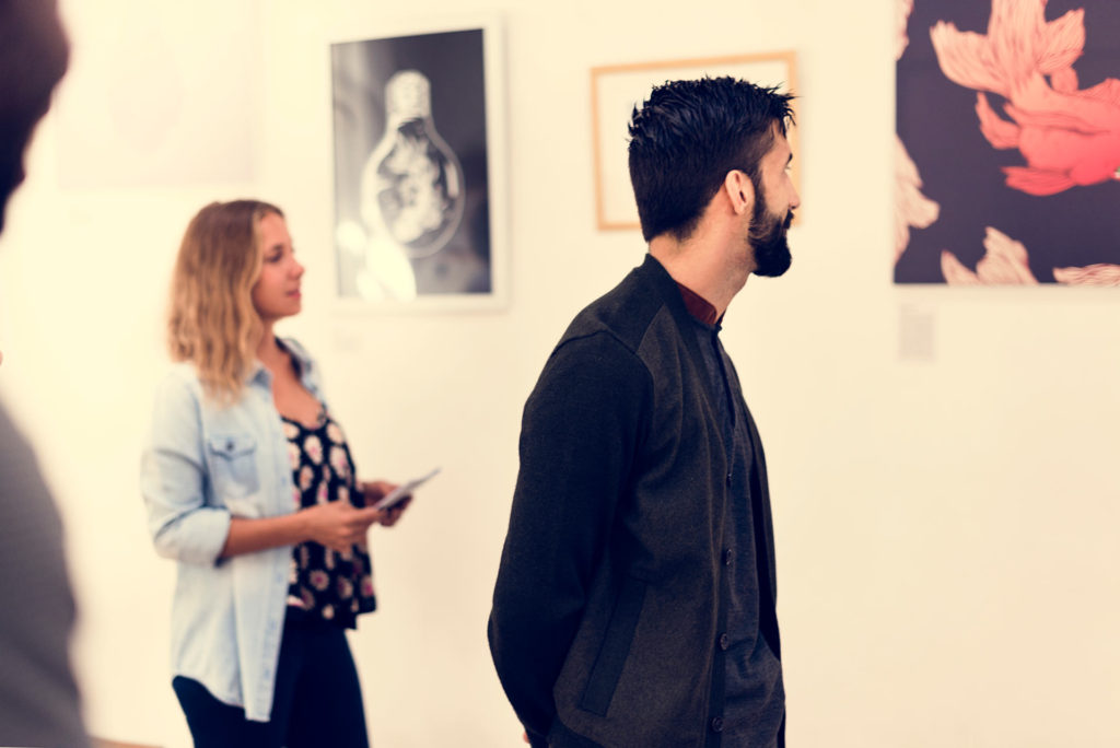 Viendo exposición en un museo