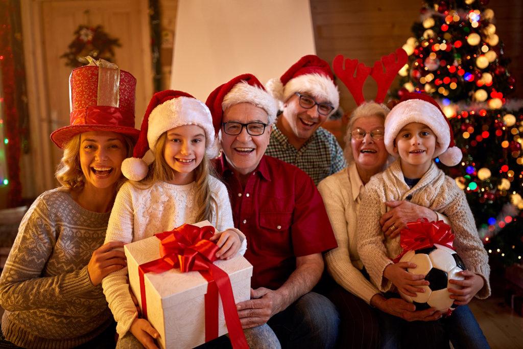 Foto familiar de grupo en navidad