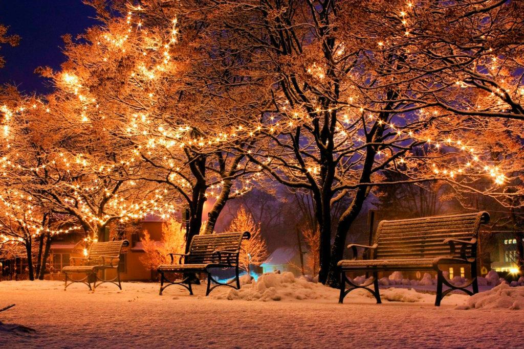 Luces de navidad, escena al exterior con luz cálida