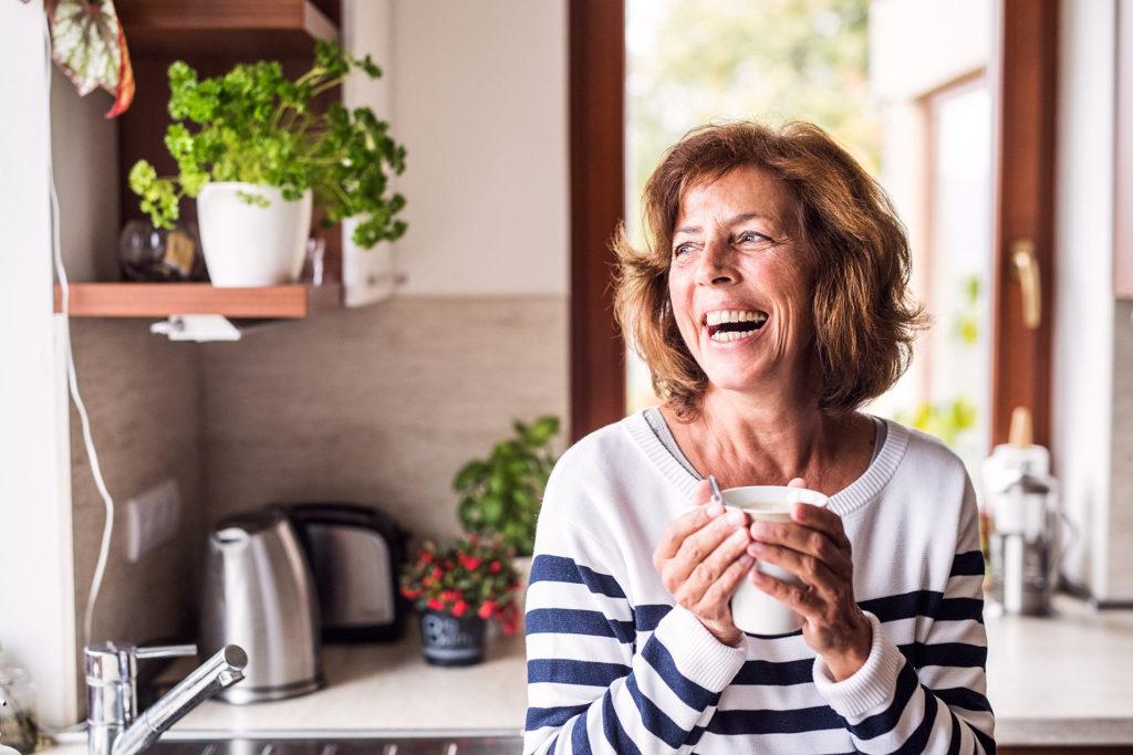 Retrato mujer riendo con luz suave
