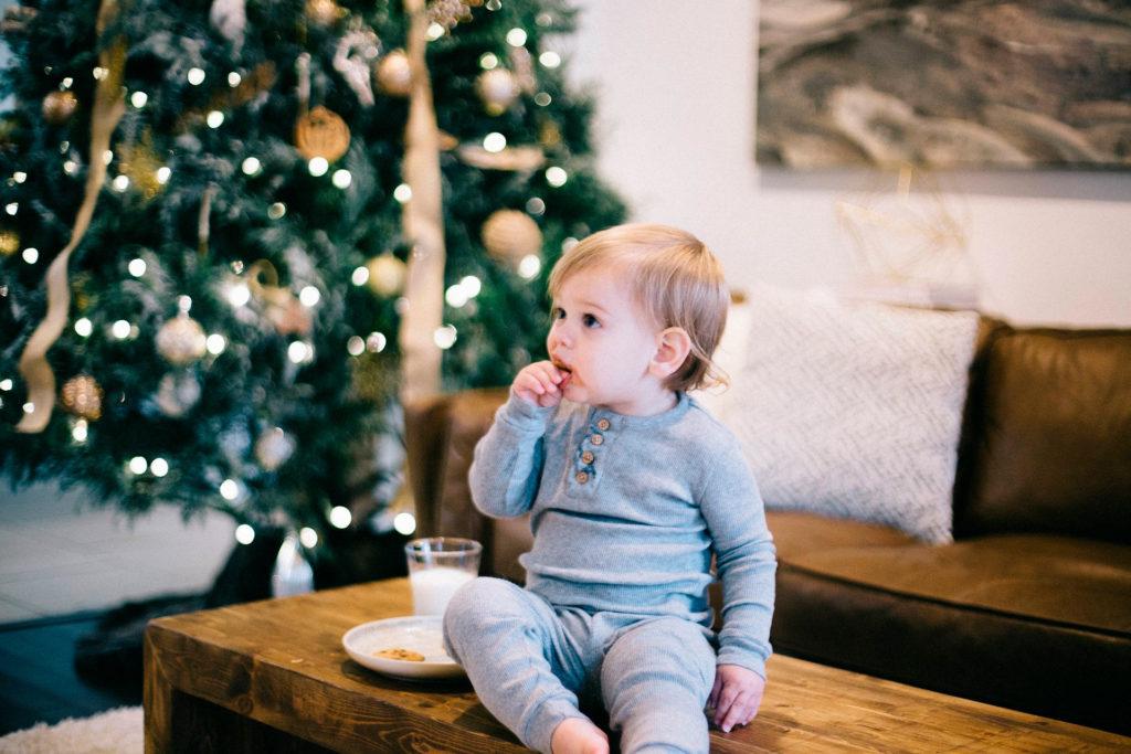 Foto niña comiendo galletas, boca manchada