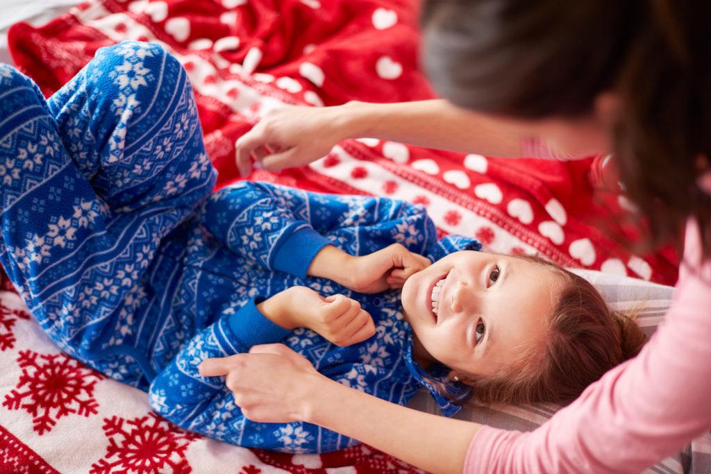 Niña jugando pijama navidad
