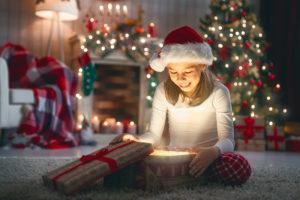 Foto niña ilusionada en navidad