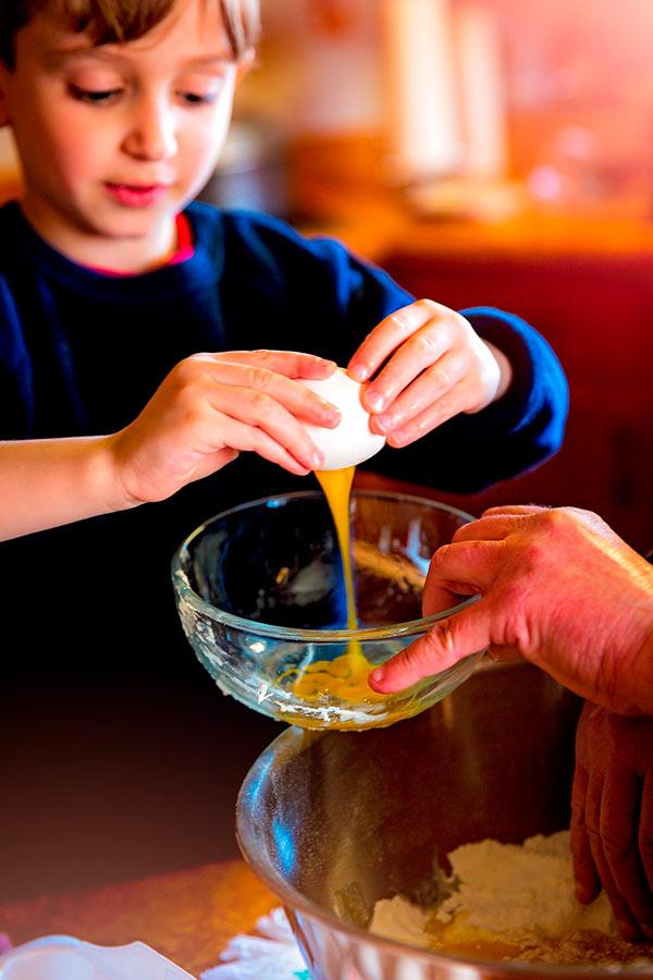 Niño ayudando en la cocina