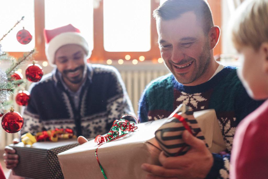 Alegría entregando las regalos de navidad