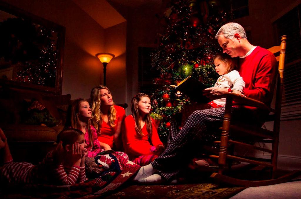 Iluminación cenital en escena familiar estas Navidades