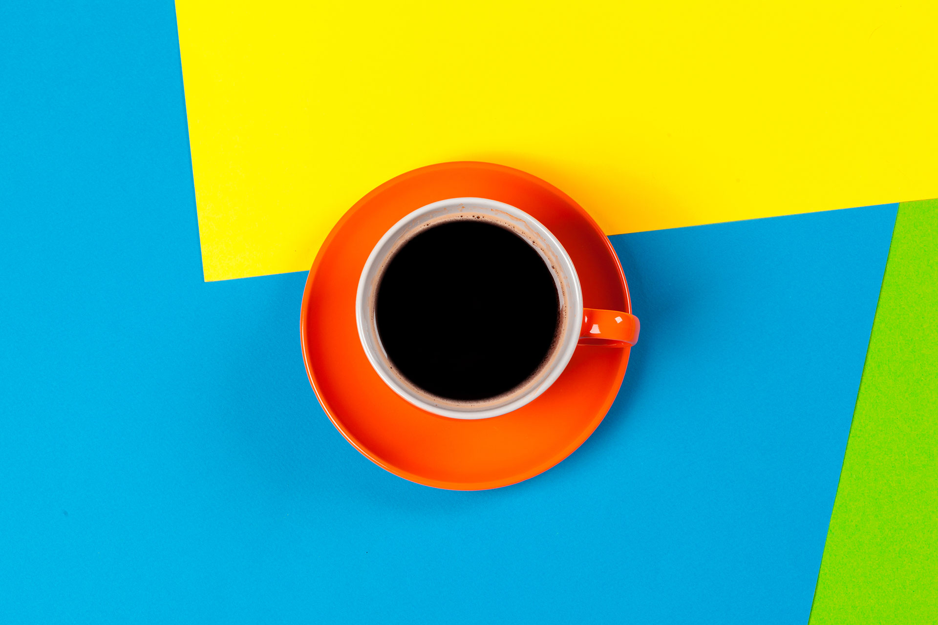 colores contrastados bodegón taza de café